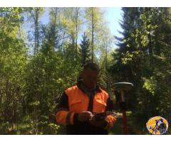 Опытный геодезист со своим оборудованием